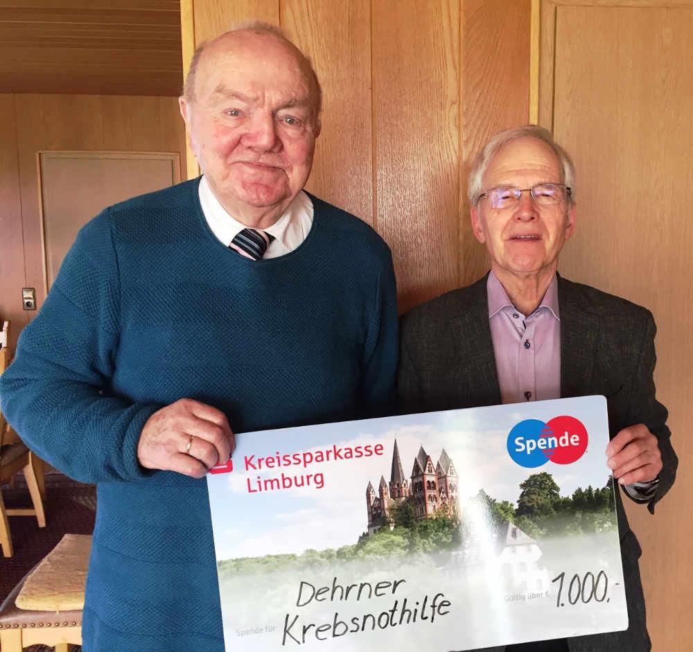 Vinzenz Lorger (li.) spendet 1000 Euro an die DKNH